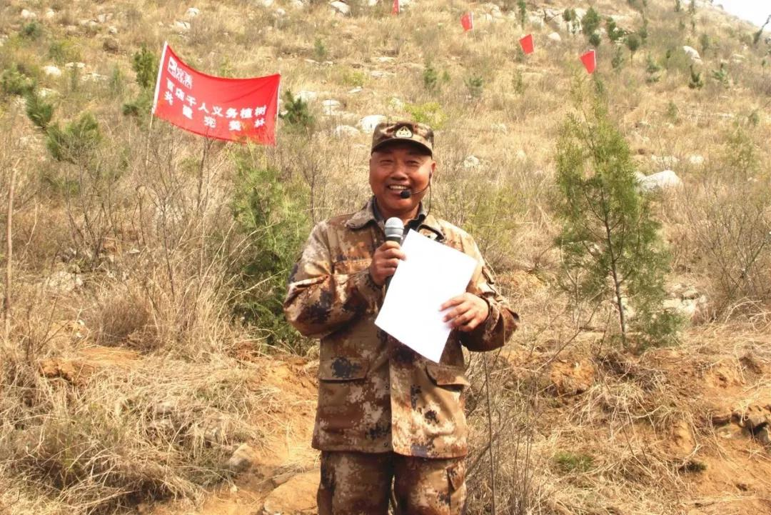 完美北京分公司张敏总经理为活动致辞。她讲到:完美人在房山区南白岱植树造林,一直持续今年已经是第七个年头。七年以来在云居寺各位领导和工作人员的大力支持下树苗已经郁郁葱葱,生机盎然;去年国家领导人在参加北京郊区义务植树时说:造林绿化是功在当代、利在千秋的事业,要一年接着一年干,一代接着一代干,加油干!完美连续七年的植树造林正是国家领导人指示最好的践行;植树活动会持续下去;同美好的北京生态环境融为一体,希望在场的所有人继续支持百店千人义务植树共建完美林活动,期待明年带着更多的完美人参与植树活动!