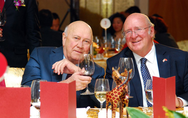 德克勒先生和智利驻华大使路易斯·施密特干杯