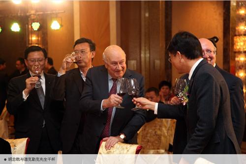 胡总裁与德克勒先生干杯
