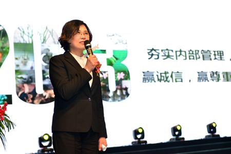 行政人事副总郑湘玲女士和大家一起回顾收获满满的2013